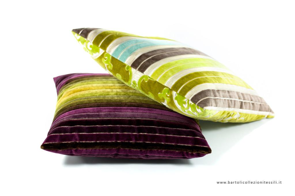 Cuscini con tessuto a righe colorate